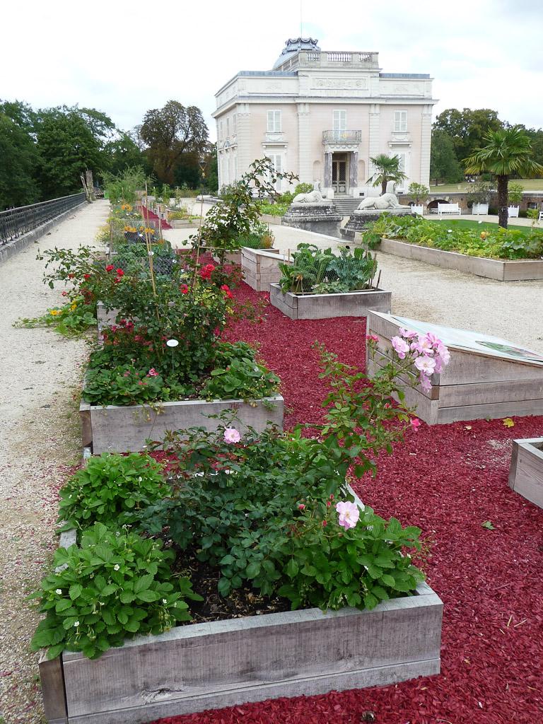 """Terrasse côté Seine avec le potager en carrés, exposition """"Savez-vous planter les choux ?"""", parc de Bagatelle"""