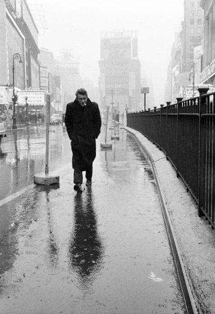 James Dean dans les rues de New York (1955). © Dennis Stock / Magnum Photos Un homme sous la pluie à Times Square, mains dans les poches, tête rentrée dans les épaules. Une couverture de série noire. L'anonymat absolu. L'Actor's Studio, l'école de comédiens de Lee Strasberg que tout Hollywood fréquentait dans les années cinquante, est à quelques mètres. Le passant anonyme est James Dean. Il vient de tourner La Fureur de vivre qui en fera une super star mondiale. Dans quelques mois, il ne pourra plus errer librement comme un chien mouillé sous la pluie. Trop connu.