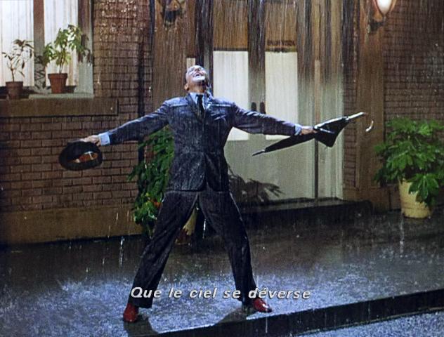 Gene Kelly dans Chantons sous la pluie (1952). Gene Kelly est très heureux car il vient d'embrasser Debbie Reynolds pour la première fois. Hollywood faisait pleuvoir des tonnes d'eau (mélangées à un peu de lait) sur la star des musicals dont le perfectionnisme terrorisait ses partenaires. La chanson Singin' in the rain était à l'époque un standard qu'on avait déjà entendu dans six films. Ce film, aujourd'hui mythique, fut sélectionné pour deux Oscars, mais n'en obtint aucun...