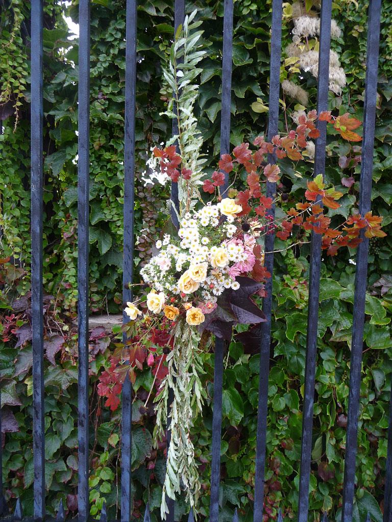 Bouquet d'automne accroché sur la grille d'entrée du potager du Roi, Versailles (78)