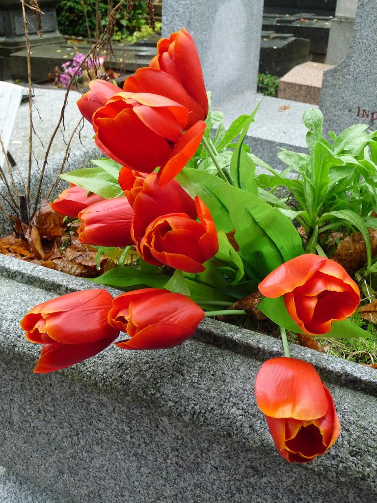 Tulipes artificielles dans le cimetière du Père Lachaise, Paris 20e (75)