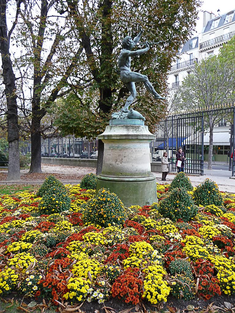Faune Dansant de Louis Lequesne entouré d'un massif de chrysanthèmes, jardin du Luxembourg en automne