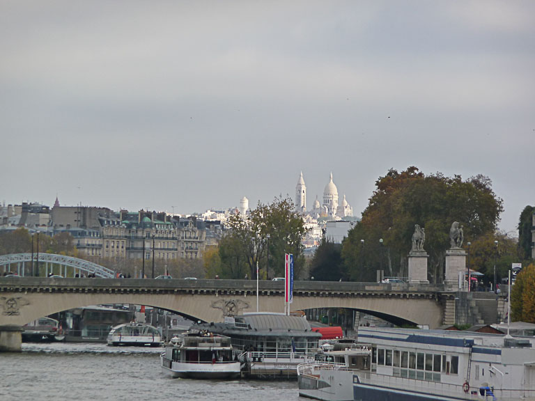 Vue depuis le pont Bir-Hakeim (Paris 15e) de la basilique du Sacré Coeur de Montmartre (Paris 18e) dans le soleil