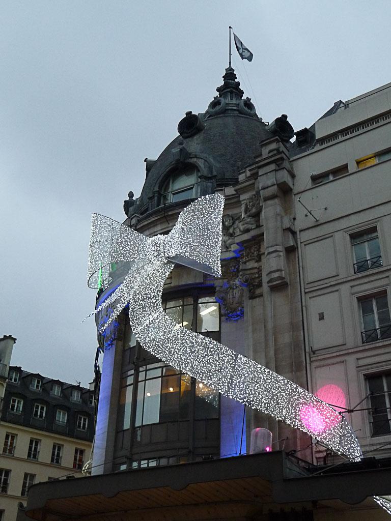 Décorations de Noël sur la façade du BHV, rue de Rivoli, Paris 4e (75)