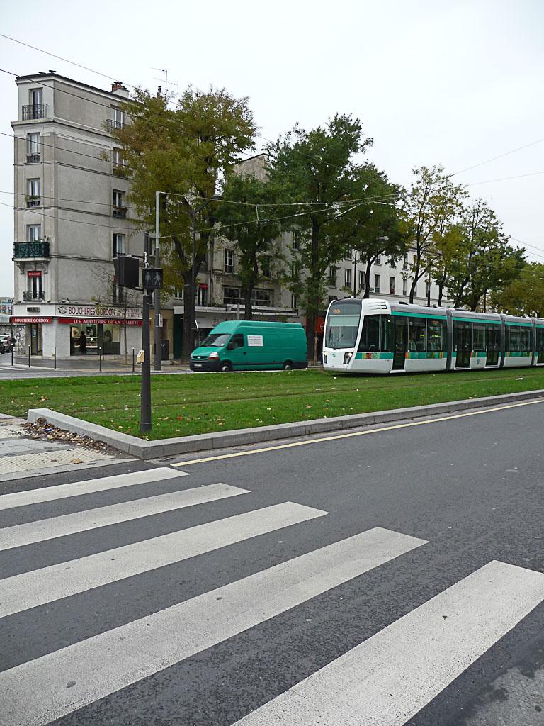 Rame du tramway T3 dans l'avenue Corentin Cariou, Paris 19e (75)