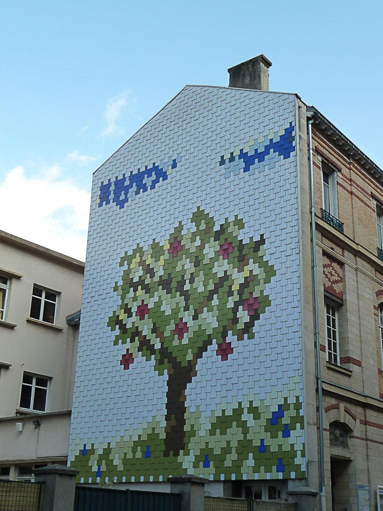 Arbre en fresque sur un immeuble de la rue Antoine Chantin, Paris 14e (75)