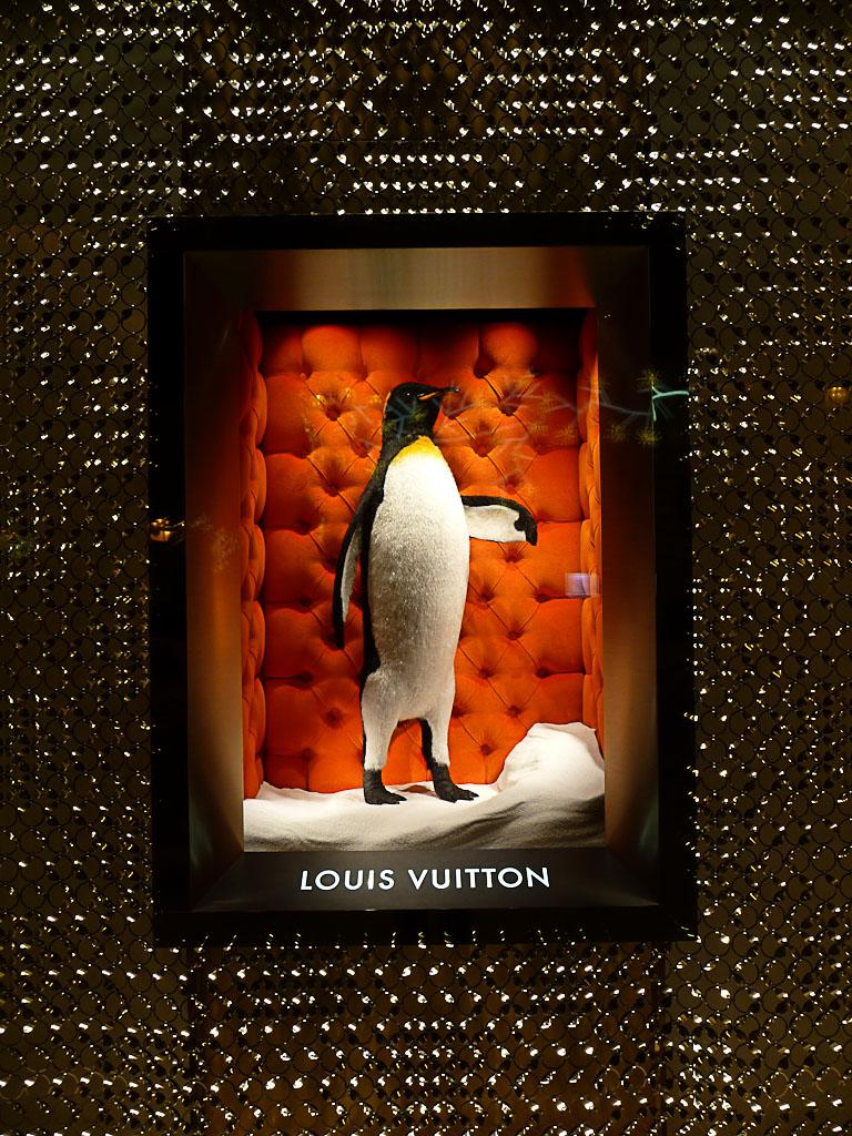 Pingouin dans la vitrine de la boutique Louis Vuitton, place Vendôme, Paris 1er
