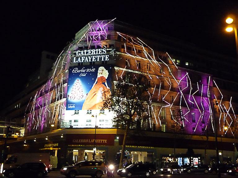 Façade illuminée des Galeries Lafayette, boulevard Haussmann, Paris 9e (75)