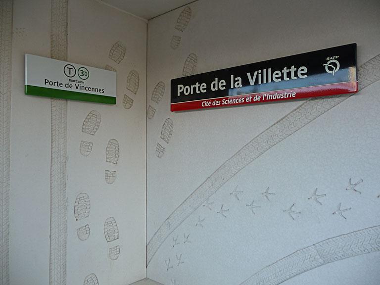 """""""Homme assis"""", création Anita Molinero, Station du tramway Porte de la Villette - Cité des Sciences et de l'Industrie"""