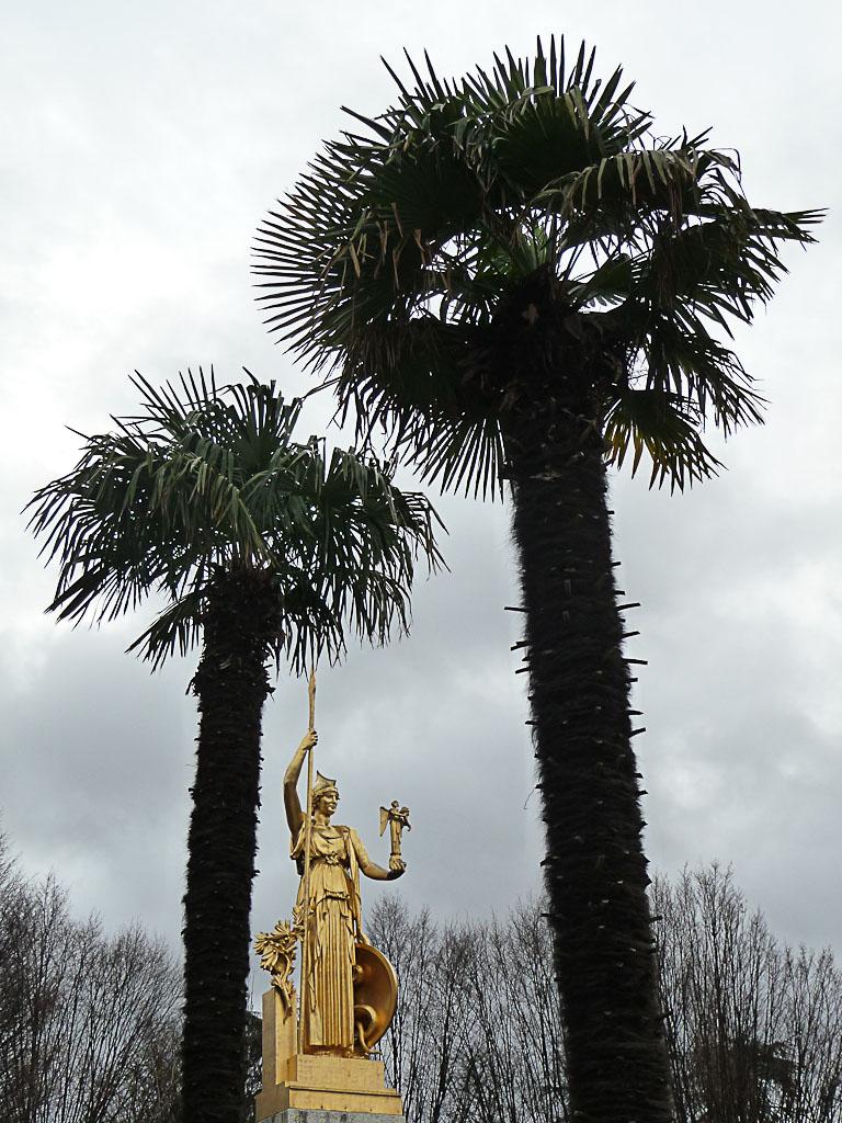 Statue d'Athéna et palmiers chanvres, Square des Anciens Combattants d'Indochine, place Edouard Renard, porte Dorée, Paris 12e (75)
