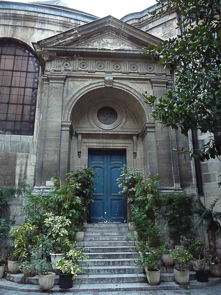 Potées disposées sur un escalier de l'église Saint-Roch, passage Saint-Roch, Paris 1er (75)