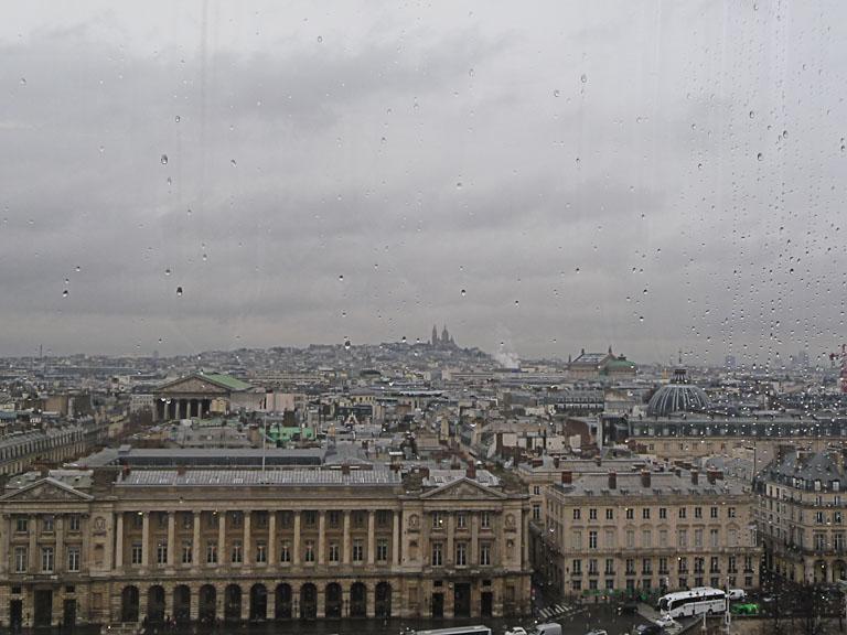Au loin la basilique du Sacré Coeur de Montmartre, vue de Paris depuis la grande roue installée sur la place de la Concorde, Paris 1er (75)