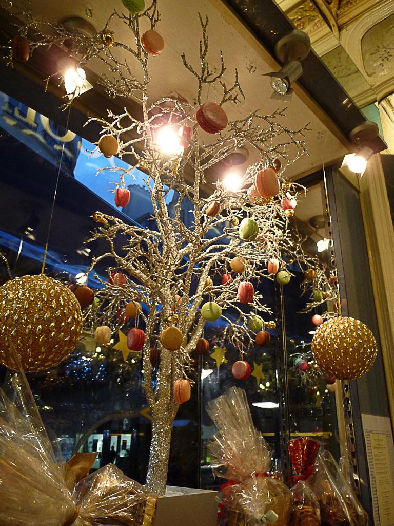Arbre à macarons dans la vitrine du pâtissier-traiteur Storher, rue Montorgueil, Paris 2e (75)