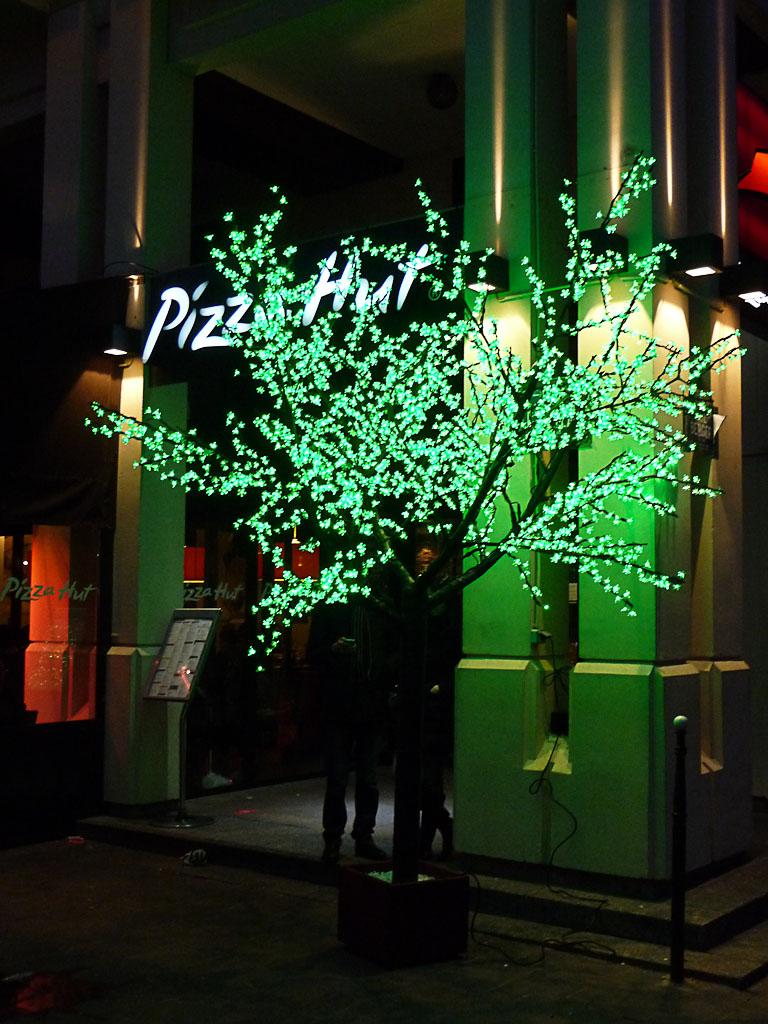 Arbre de lumière (décoration de Noël) devant le restaurant Pizza Hut, 1 rue des Innocents, Paris 1er (75)