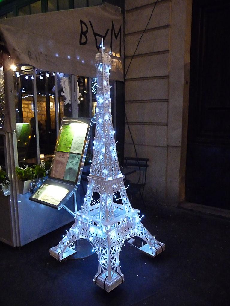 Tour Eiffeil illuminée, décorations de Noël du bar à manger BAM, rue des Lavandières, Paris 1er (75)