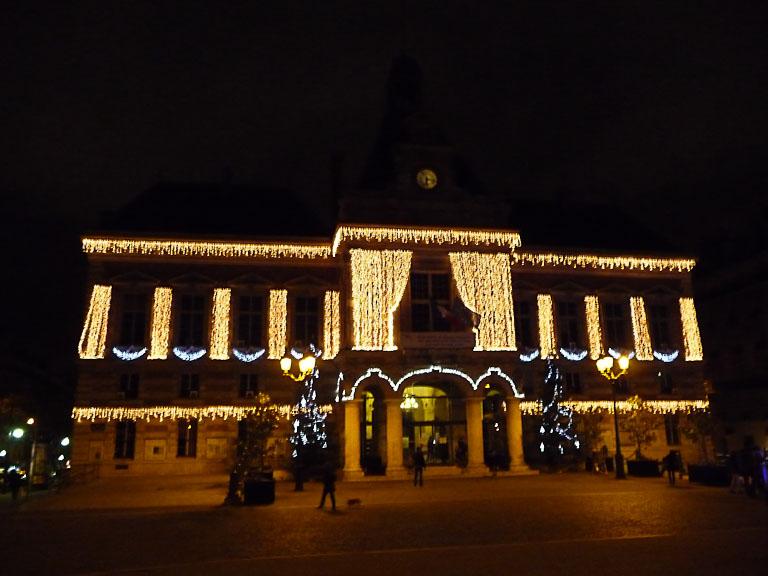 Façade illuminée de la mairie du 19e arrondissement de Paris