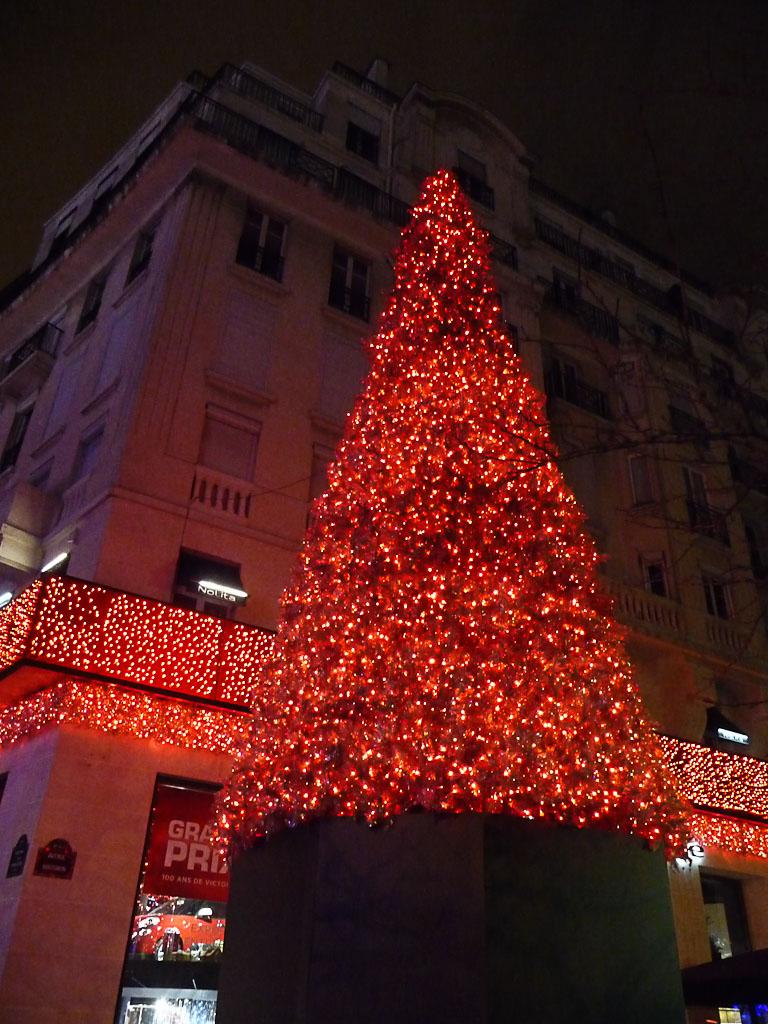 Sapin de Noël rouge près du Rond-point des Champs-Élysées, illuminations dans Paris la nuit, Paris 8e (75)