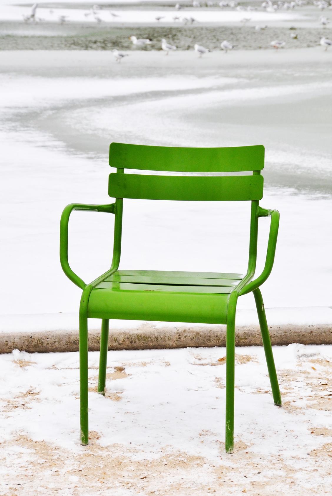 Chaise dans un parc en hiver, © dutourdumonde - Fotolia.com