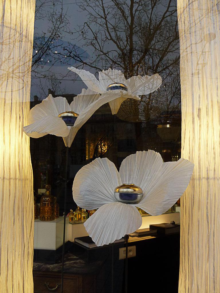 Vitrine du magasin Guerlain, avenue des Champs-Élysées, Paris 8e (75)
