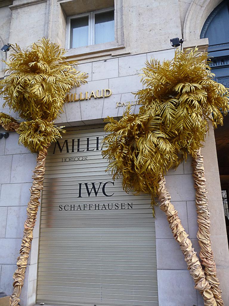 Palmiers dorés, décorations de Noël devant la vitrine de Milliaud, horloger joaillier, rue Royale, Paris 8ème (75)