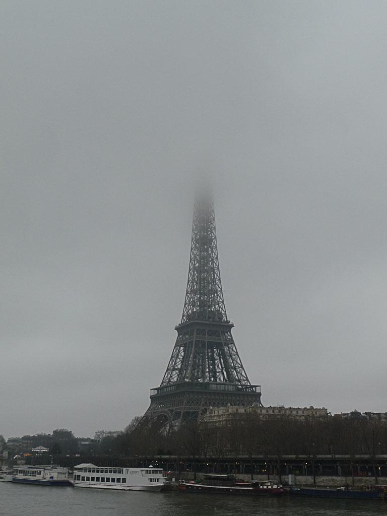 La Seine avec la Tour Eiffel dans les nuages en hiver, Paris 7e (75)