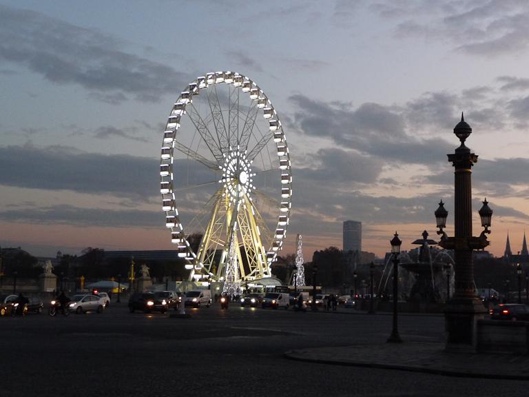 Grande roue illuminée sur la place de la Concorde, Paris 8e (75)