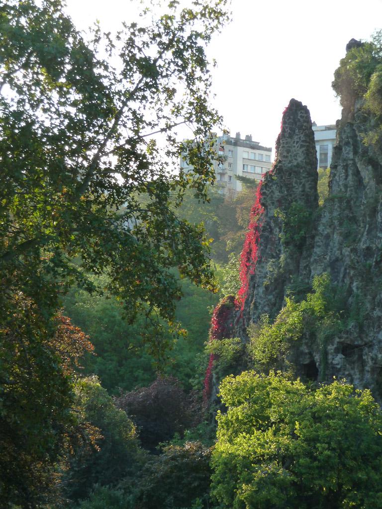 Vue de l'Île du Belvédère dans la parc des Buttes-Chaumont, Paris 19e (75)