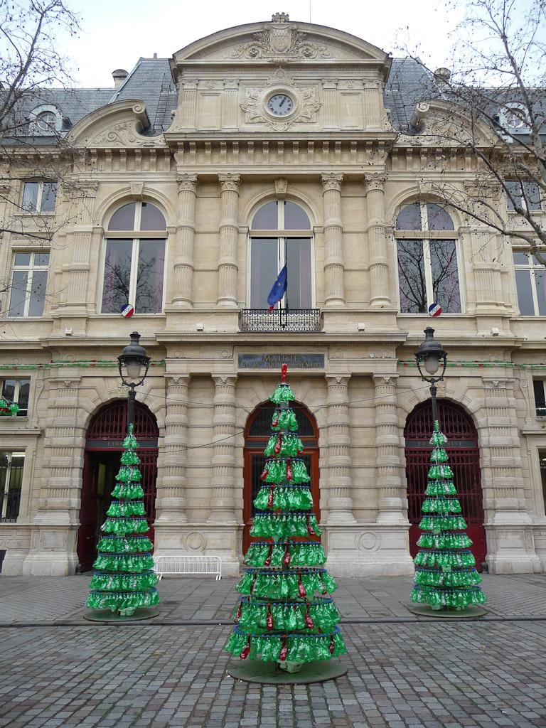 Sapins de Noël en bouteilles recyclées, oeuvre de Fabrice Peltier, place Baudoyer, Paris 4e (75)