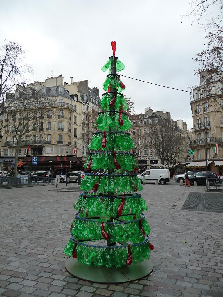 Sapin de Noël en bouteilles recyclées, oeuvre de Fabrice Peltier, place Baudoyer, Paris 4e (75)