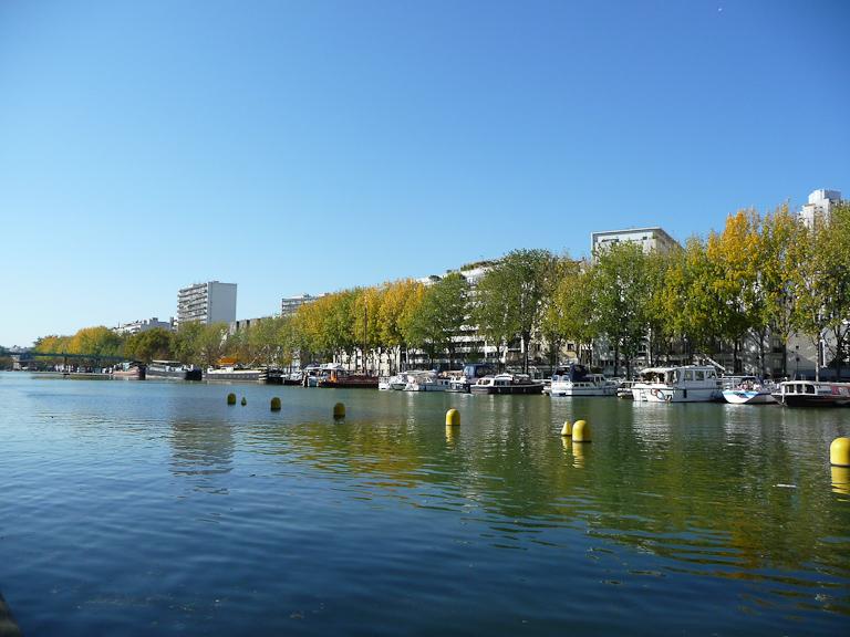 Grand ciel bleu et couleurs d'automne sur les berges du Bassin de la Villette, Paris 19e (75)
