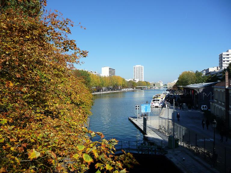 Couleurs d'automne sur les berges du Bassin de la Villette, Paris 19e (75)