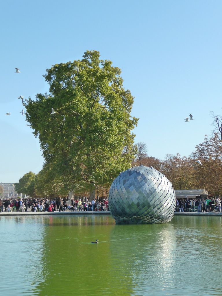 Una misteriosa bola (2011) Antoine Dorotte, FIAC Hors les murs au jardin des Tuileries, Paris 1er (75)