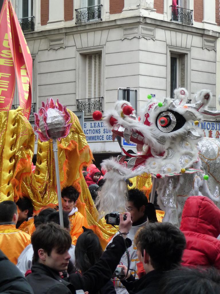 Dragon d'argent, défilé du Nouvel an chinois dans la rue de Choisy, Paris 13e (75)