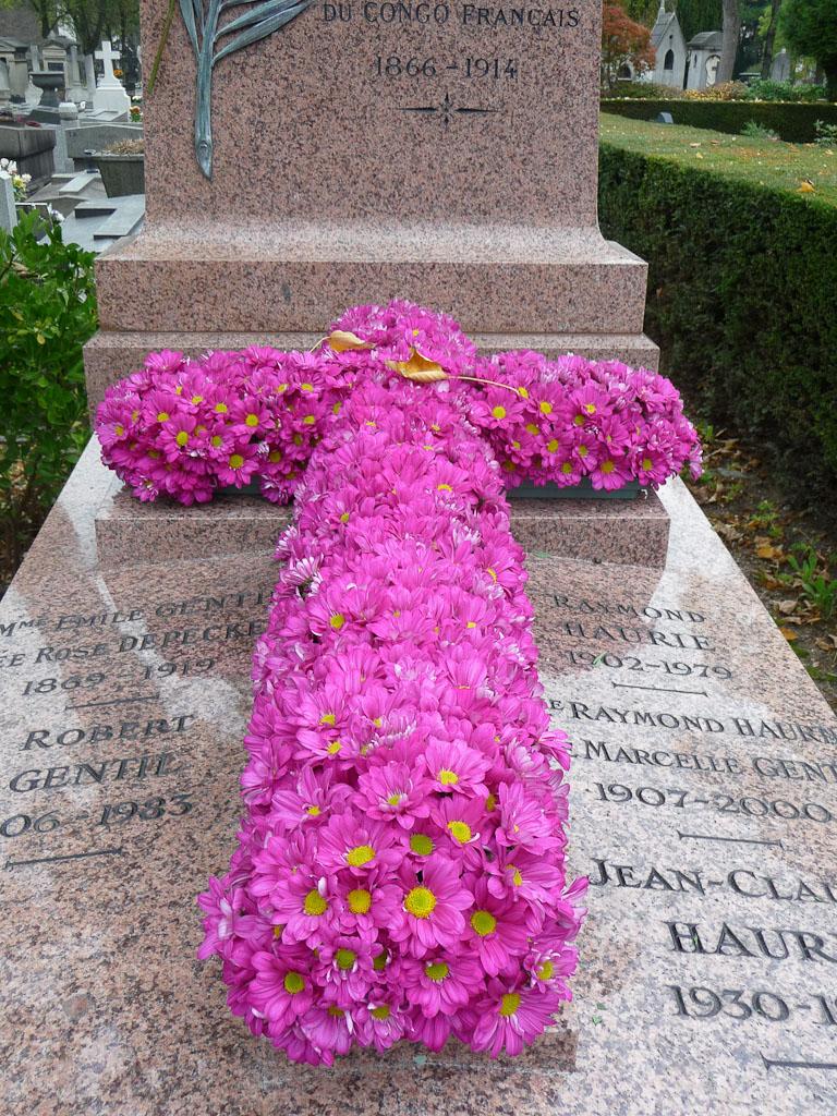 Croix de chrysanthèmes sur une tombe dans le cimetière du Père Lachaise, Paris 20e (75), 29 octobre 2011, photo Alain Delavie