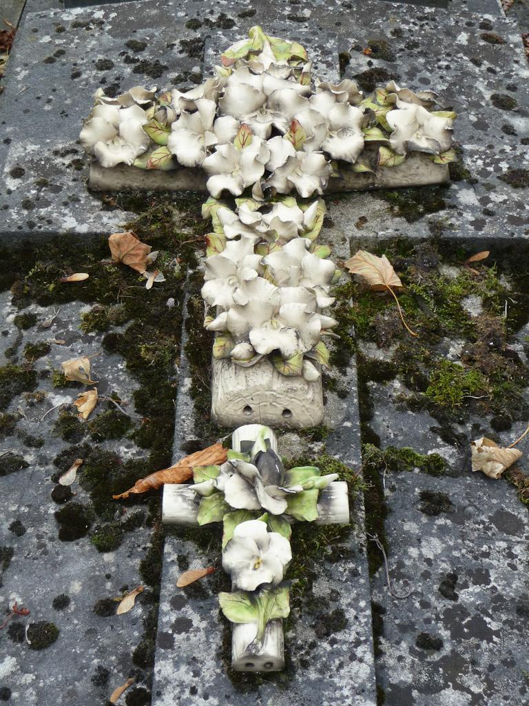 Croix fleurie en céramique sur une tombe du cimetière du Père Lachaise, Paris 20e (75)