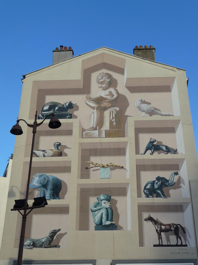 Fresque sur la façade d'un immeuble de la rue de la Croix Nivert, cabinet de curiosités en trompe-l'oeil, Paris 15e (75)
