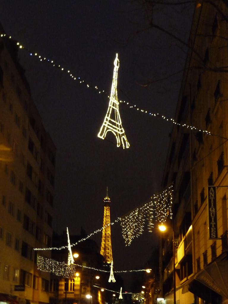 Illuminations dans la rue Saint-Charles avec la Tour Eiffel à l'arrière-plan, Paris 15e (75)