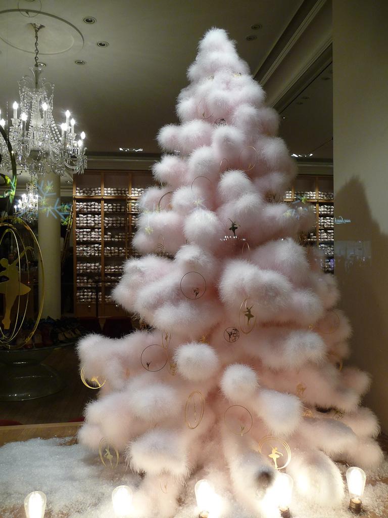 Sapin de Noël dans la vitrine du magasin Repetto, 22 rue de la Paix, Paris 2e (75)