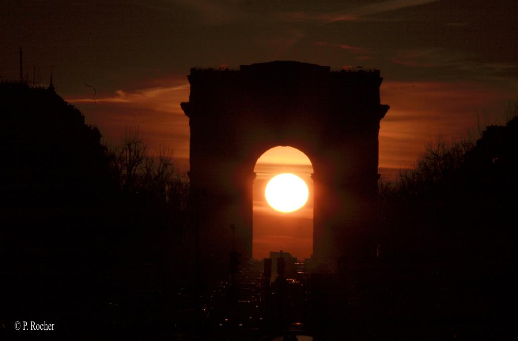 Lever du soleil sous l'arche de l'Arc de Triomphe en 2008, photo P. Rocher / IMCCE