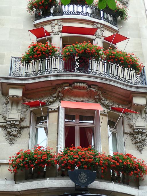 Façade fleurie avec des géraniums de l'Hôtel Plaza Athénée, Paris 8e (75)