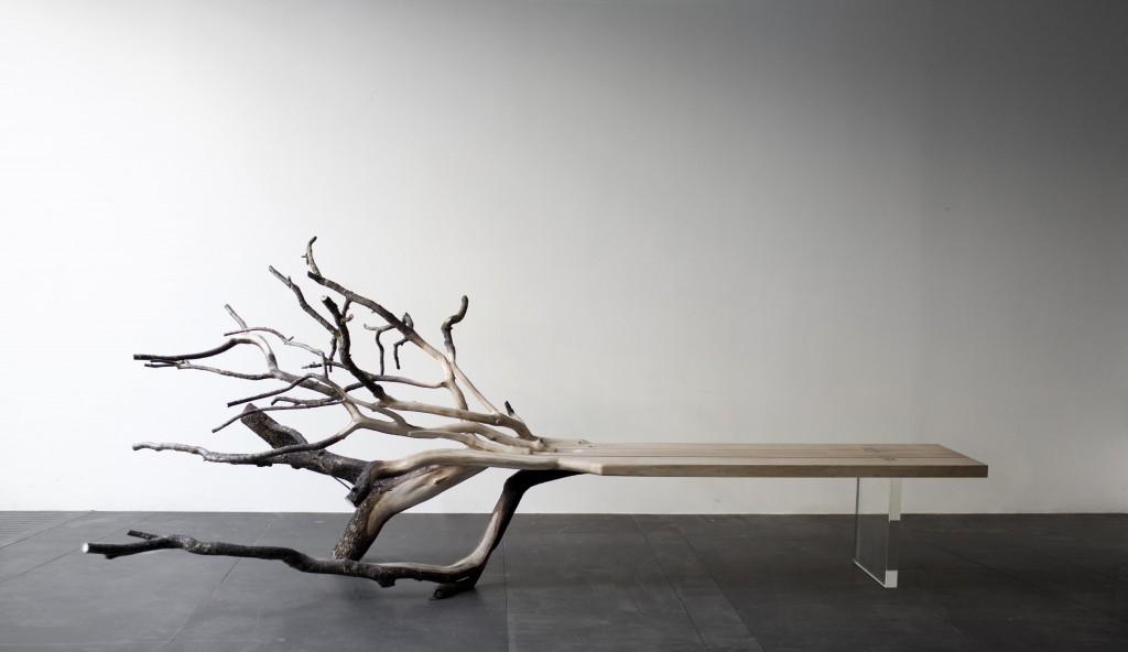Benjamin Graindorge (né en 1980). Fallen Tree. 2011. Chêne sculpté et piètement en verre borosilicate. 110 x 273 x 120 cm. paris, Galerie Ymer et Malta. © Benjamin Graindorge.