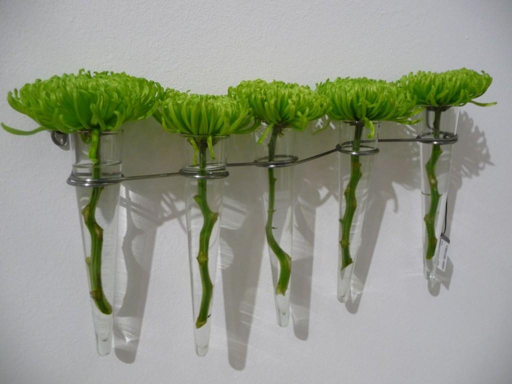 Chrysanthèmes Tokyo vert fluo dans un mobile de tubes en verre Serax, photo Alain Delavie