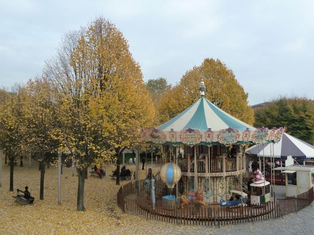 Tilleuls aux feuilles dorées près des manèges du parc de la Villette en automne, photo Alain Delavie