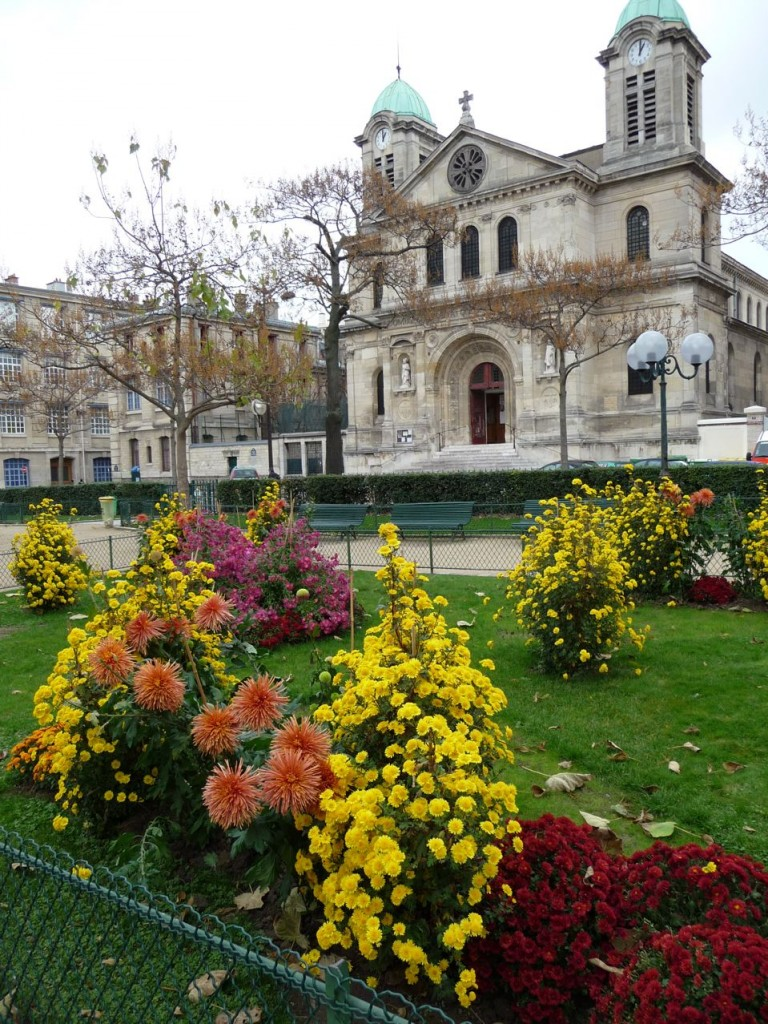 Chrysanthèmes dans le square de la place de Bitche, église Saint-Jacques et Saint-Christophe de la Villette, Paris 19ème (75), photo Alain Delavie