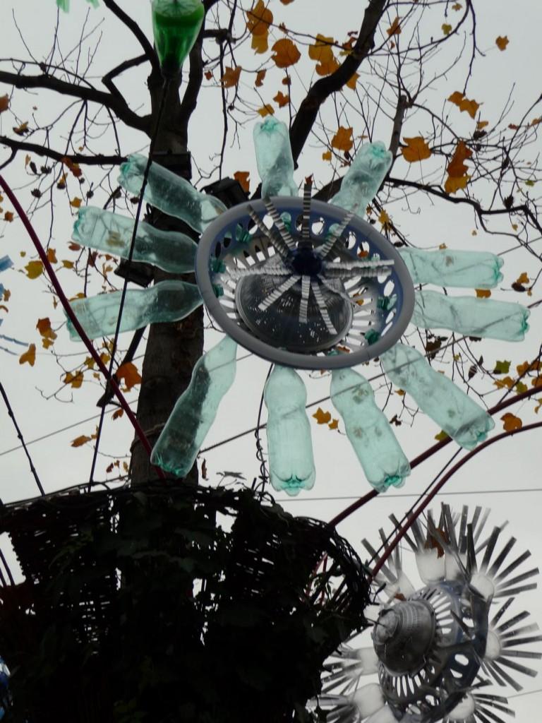 Fleur artificielle réalisée avec des déchets récupérés (vieille roue et bouteilles en matière plastique), Chai de Bercy, Bercy Village, Paris 12ème, photo Alain Delavie