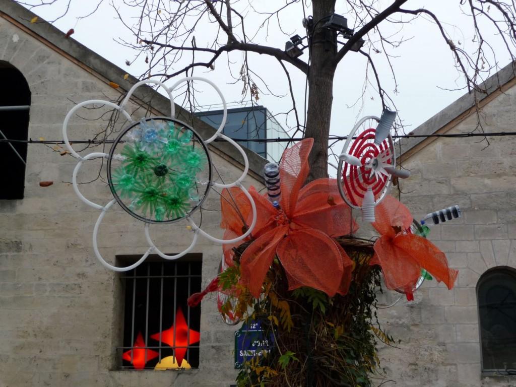 Fleurs réalisées avec des déchets récupérés, Chai de Bercy, Bercy Village, Paris 12ème, photo Alain Delavie