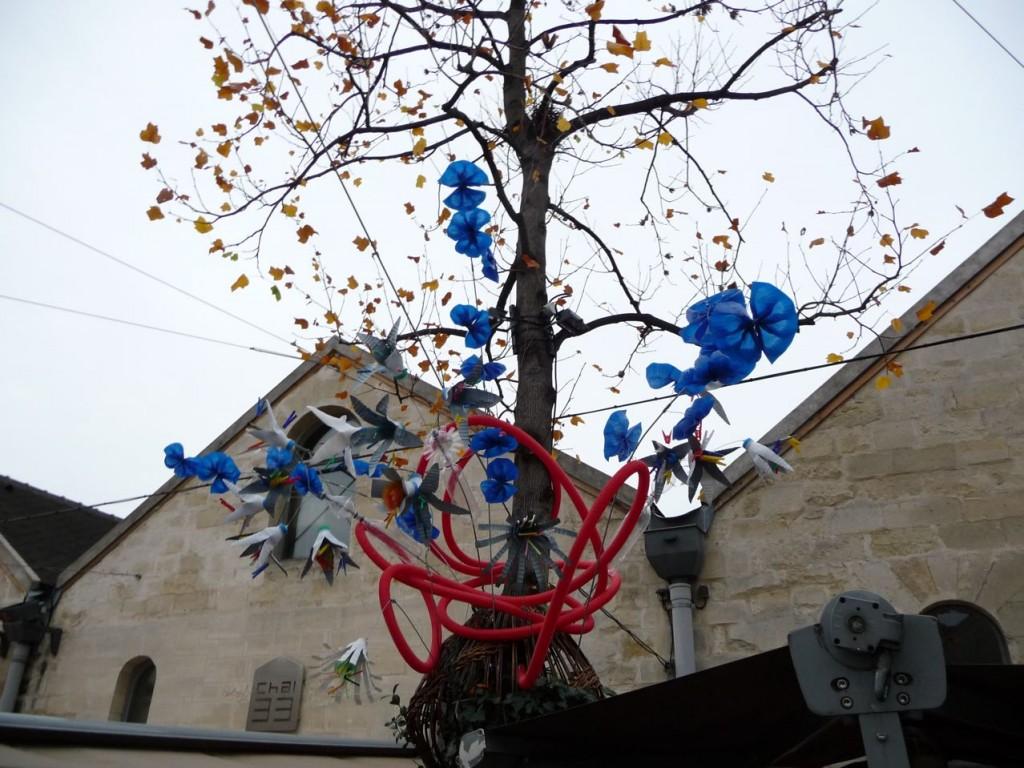 Fleurs artificielles réalisées avec des déchets récupérés (vieille roue et bouteilles en matière plastique), Chai de Bercy, Bercy Village, Paris 12ème, photo Alain Delavie