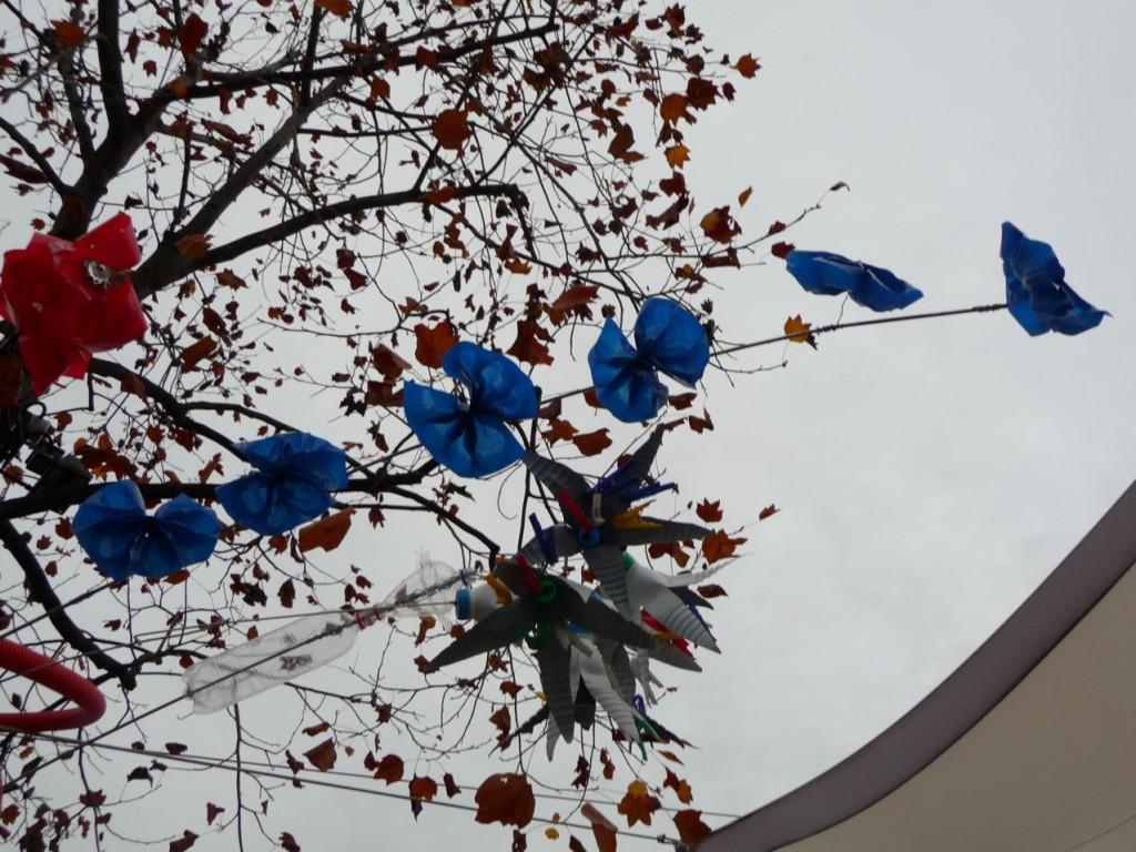 Fleurs artificielles réalisées avec des déchets récupérés (bouteilles en matière plastique), Chai de Bercy, Bercy Village, Paris 12ème, photo Alain Delavie