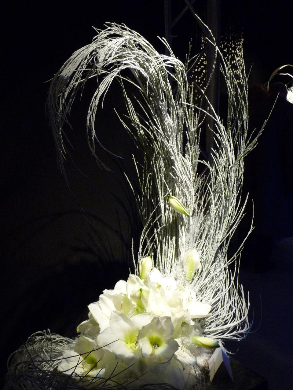 Art floral de Noël, création de Suzanne Enjalbal (association Bouquets d'Occitanie), exposition Tempête de neige (SNHF), Paris (75), décembre 2009, photo Alain Delavie