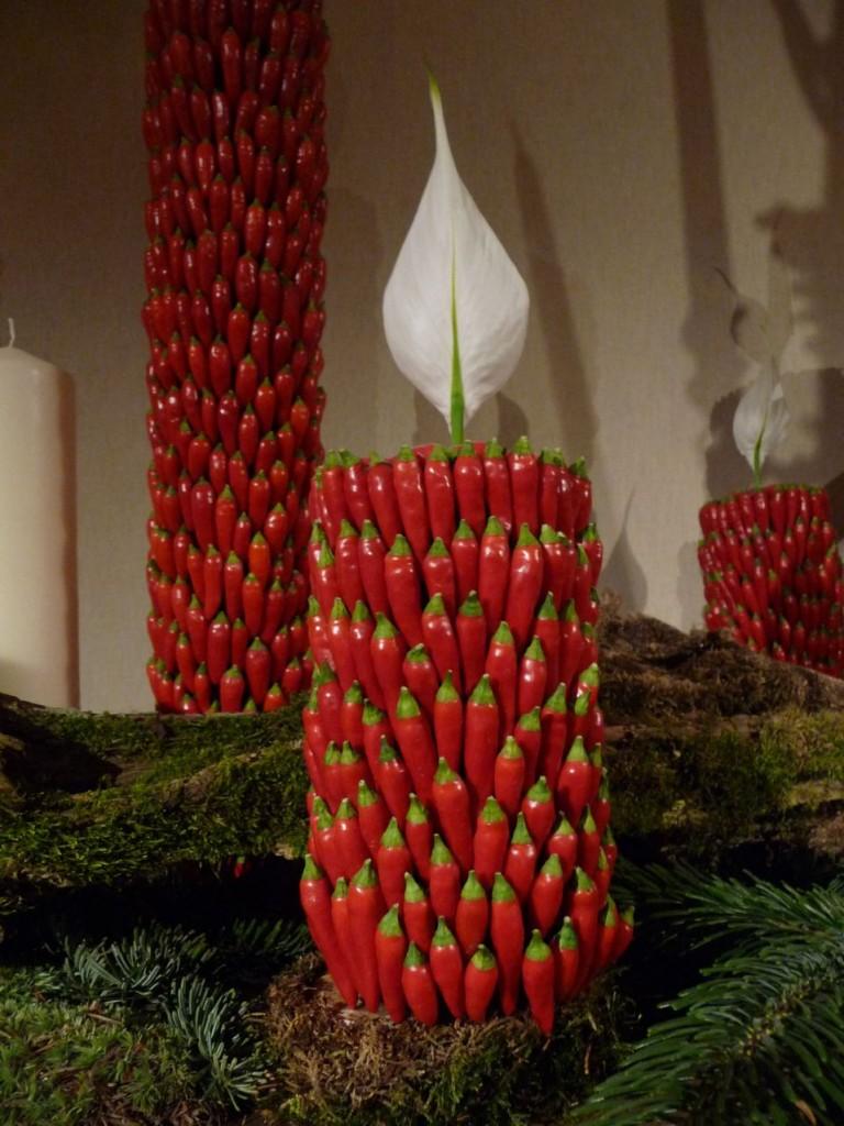Bougie de piments et spathe de spatiphyllum, création de Bruno Lamberti, Art floral de Noël, exposition Tempête de neige à la SNHF, décembre 2009, photo Alain Delavie